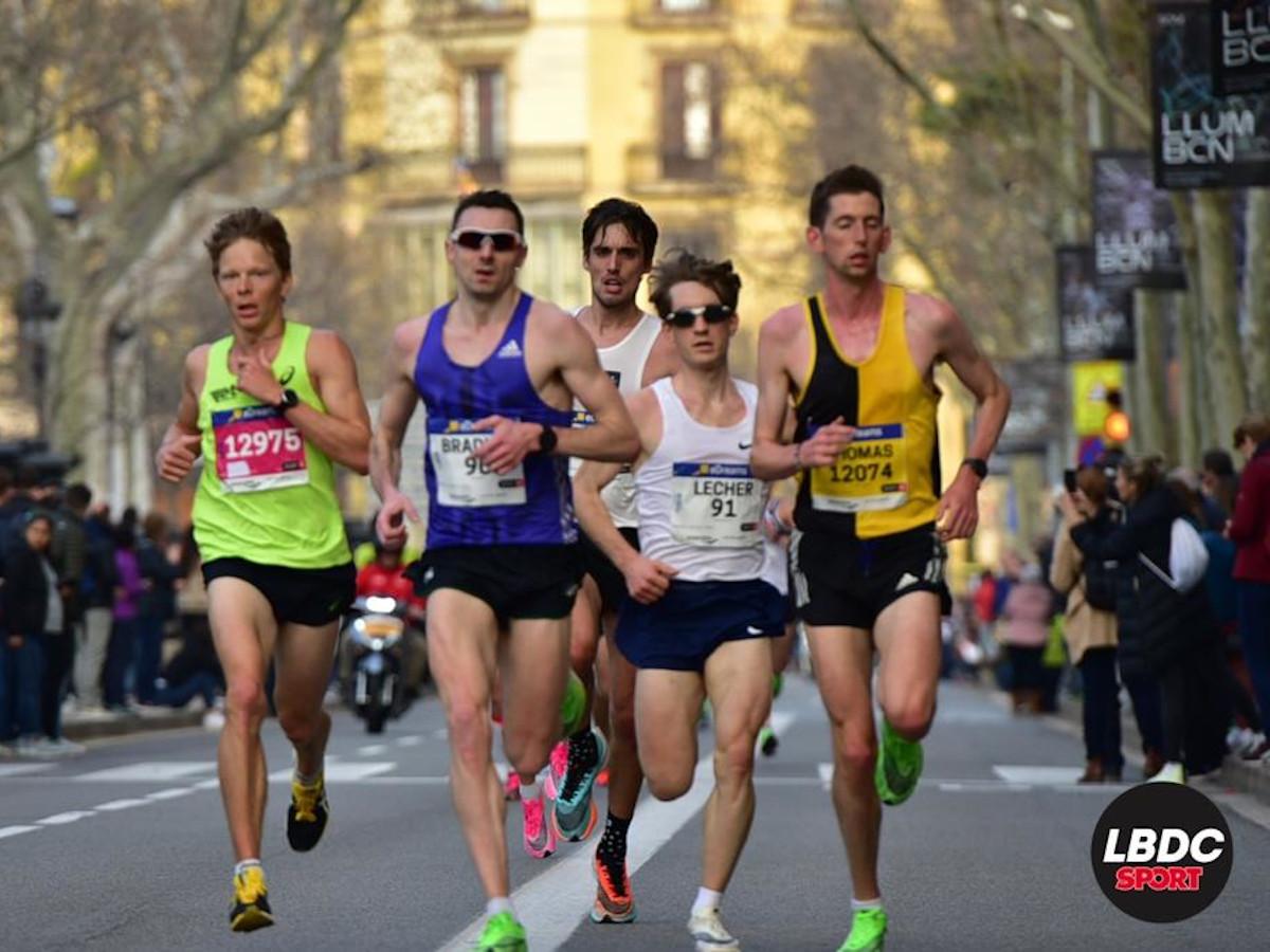 Adrian Lehmann läuft in einer fünfer Gruppe