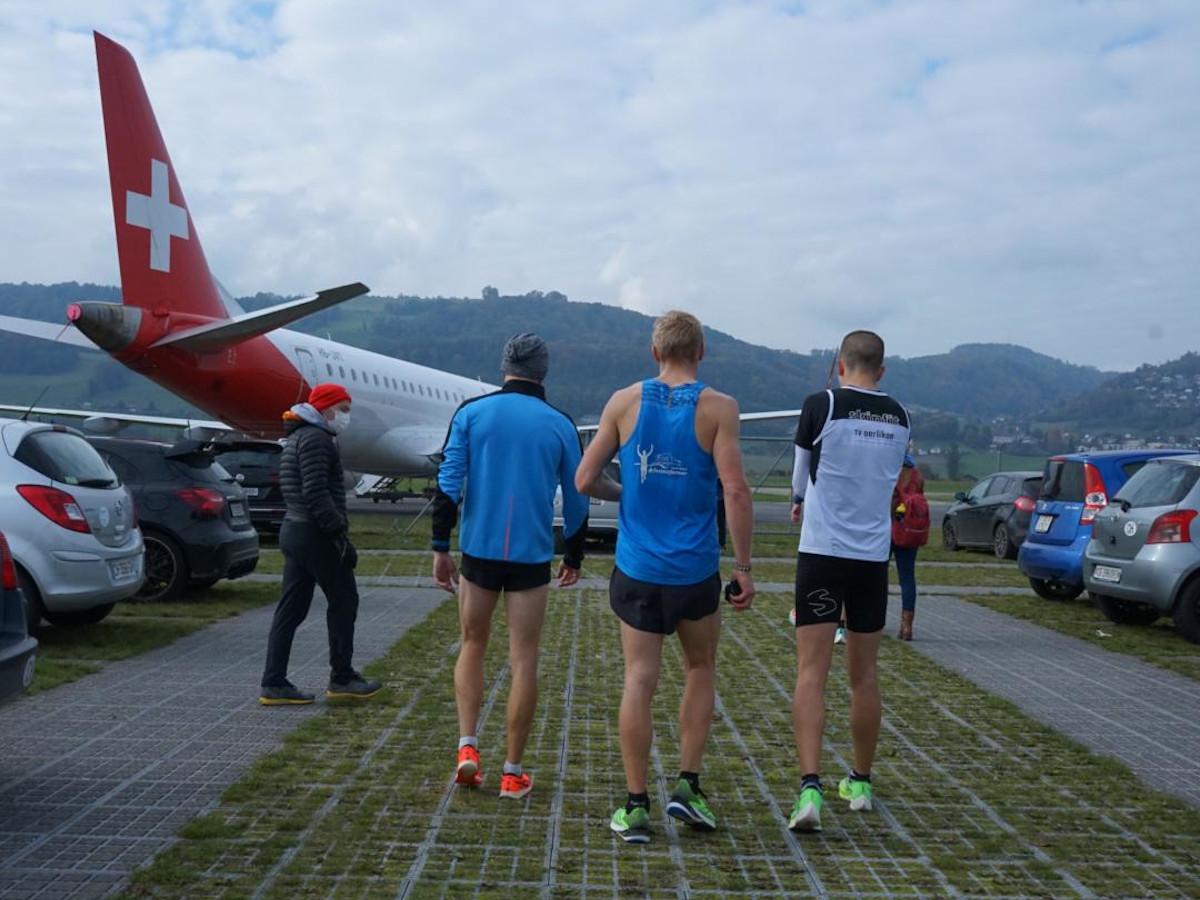 Die Athleten nach dem Zieleinlauf am Flughafen Belp