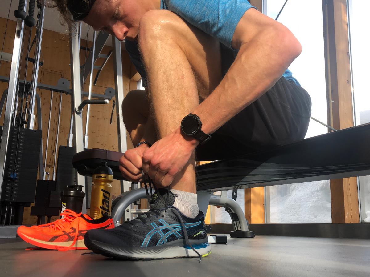 Adrian Lehmann beim Schuhebinden